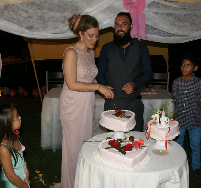 Cutting the cake with Jorge...as the little ones watch with anticipation.